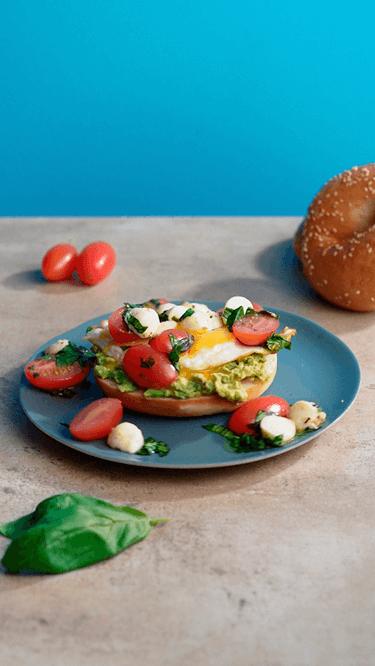 Frühstücksbagel mit Caprese und Avocado