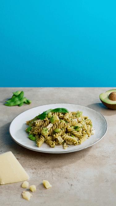 Pesto-Pasta-Salat mit Edamame und Grillhähnchen
